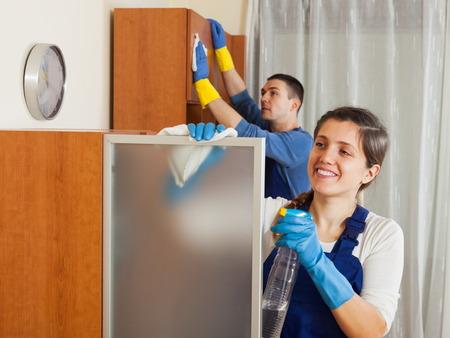 personal de limpieza: Profesional equipo de limpieza que trabaja en la sala de estar