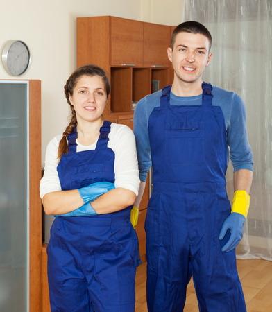 cleaning team: Limpiadores guapos equipo de limpieza, piso en la habitaci�n