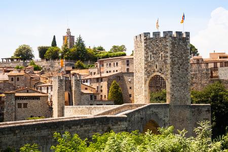 Antique cité médiévale avec la vieille porte. Besalu, Catalogne