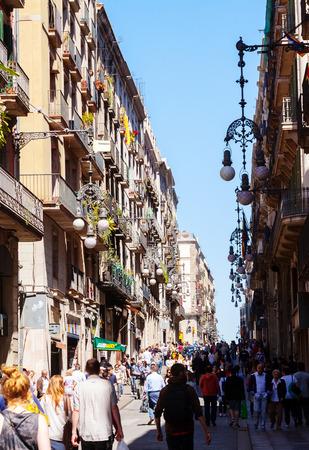 gotico: BARCELONA, ESPA�A - 14 de abril: la gente que recorre en el Barrio G�tico en 14 de abril 2013 en Barcelona, ??Espa�a. . Es el centro de la ciudad vieja de Barcelona. Centro de la vida tur�stica