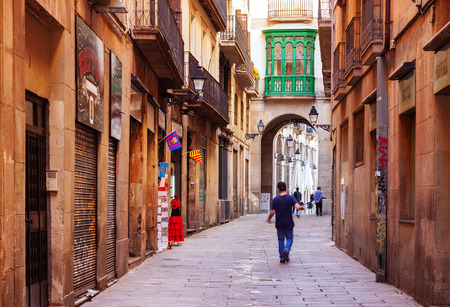 gotico: BARCELONA, CATALU�A - 14 de abril: Barrio G�tico, en 14 de abril 2013 en Barcelona, ??Catalu�a. Es el centro de la ciudad vieja de Barcelona. Centro de la vida tur�stica