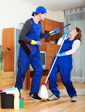 cleaning team: Equipo de limpieza juguetona en uniforme est� listo para trabajar