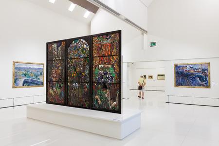art museum: BARCELLONA, SPAGNA - 8 agosto: Le esposizioni di Museo Nazionale d'Arte della Catalogna di Barcellona il 8 agosto 2013 a Barcellona, ??Spagna. Stained-glass in collezione