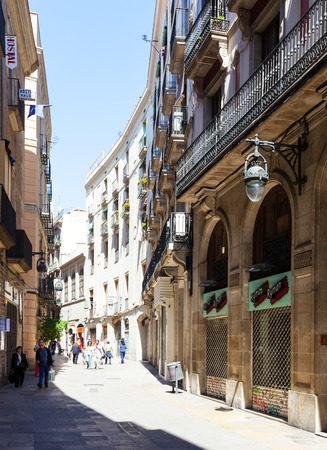 gotico: BARCELONA, CATALU�A - 14 de abril: calle pintoresca del Barrio G�tico en el 14 de abril; 2013 en Barcelona, ??Catalu�a. Es el centro de la ciudad vieja de Barcelona. Centro de la vida tur�stica