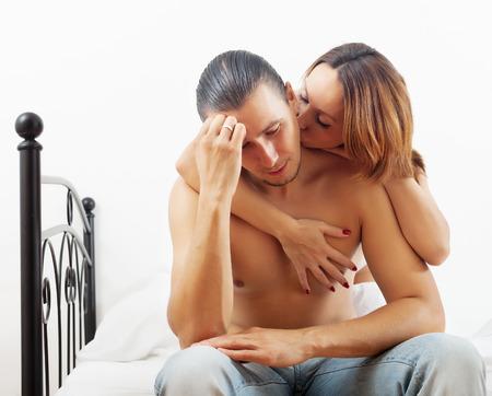 mujer desnuda sentada: Hombre de mediana edad tiene un problema, esposa consolarlo en la cama