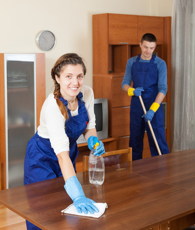 mujer limpiando: El equipo de profesionales de la limpieza de limpieza en la habitaci�n