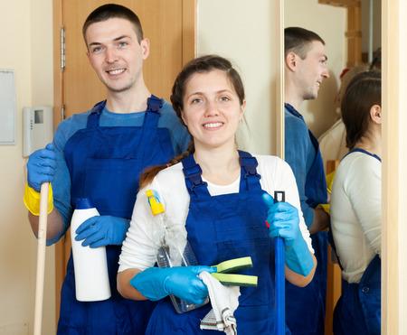 cleaning team: Equipo de limpieza en uniforme est� listo para trabajar en la sala de estar Foto de archivo