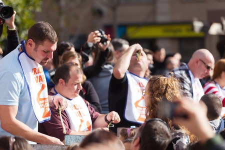 concurs: VALLS, CATALONIA - JANUARY 26, 2014: Competition for best eater of grilled calsot during Calcotada in Valls