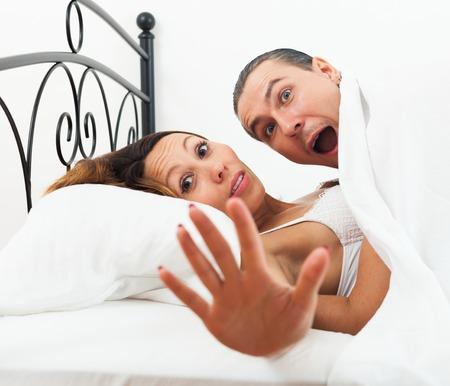 femme sexe: amateurs adultes capturés dans le lit Banque d'images