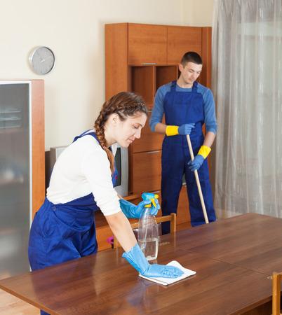 cleaning team: El equipo de profesionales de la limpieza de limpieza en la habitaci�n en la casa