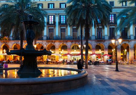 レイアール広場の夜。バルセロナ、スペイン