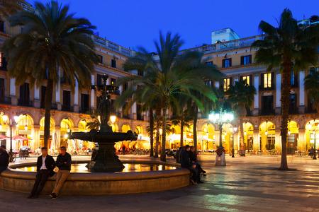 barcelone: Vue de la Pla�a Reial en soir�e d'hiver. Barcelone, Espagne