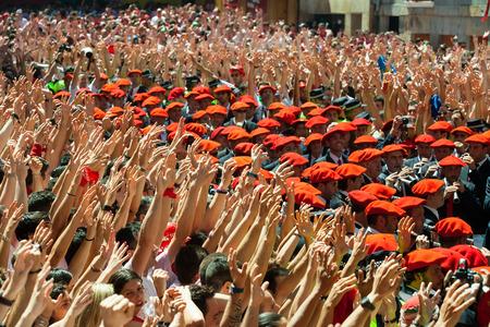 boinas: PAMPLONA, ESPA�A - 06 de julio: Comienzo del festival de San Ferm�n en 06 de julio 2013 en Pamplona, ??Espa�a. La gente levanta sus manos en se�al de comienzo del festival en la plaza