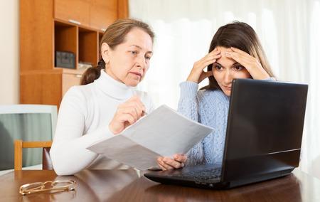 earnest: ferviente mujer madura y una chica en la mesa con papeles y un ordenador port�til