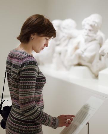 art museum: donna in cerca sculture antiche in museo d'arte Archivio Fotografico