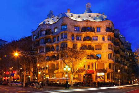 paseig: BARCELONA, SPAIN - JANUARY 2, 2014: Night view of Casa Mila (La Pedrera) in Barcelona.    Editorial