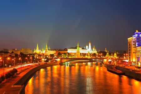 kreml: View of Moscow Kremlin in summer night. Russia