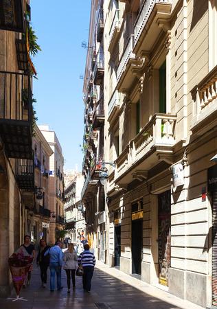 gotico: BARCELONA, ESPAÑA-14 de abril: calles estrechas del Barrio Gótico en 14 de abril 2013 en Barcelona, ??España. Es el centro de la ciudad vieja, el nombre del barrio se debe a los edificios conservados, erigidos en el tiempo medieval