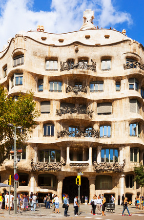 paseig: BARCELONA, SPAIN - SEPTEMBER 12: Casa Mila (La Pedrera) on September 12, 2013 in Barcelona, Spain.  House was built in 1905–1910 by Catalan architect Antoni Gaudi