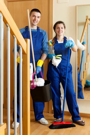 cleaning team: Equipo de limpieza en uniforme est� listo para trabajar Foto de archivo