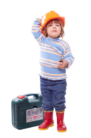 2 to 3 years: Bambino felice in hardhat con strumenti. Isolato su bianco