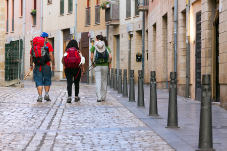 Logroño, España - 28 de junio de 2014 peregrinos caminando por el camino de Santiago Camino de Santiago en Logroño La Rioja