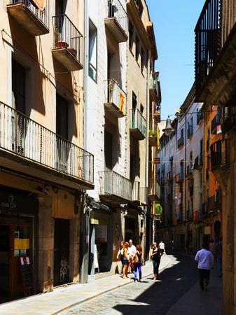 censo: GIRONA, ESPA�A - 12 de junio 2014: la calle de Girona, Espa�a. Una de las ciudades m�s antiguas de Europa, con una bien conservados edificios medievales. Poblaci�n: 96.722 (2011 Censo)