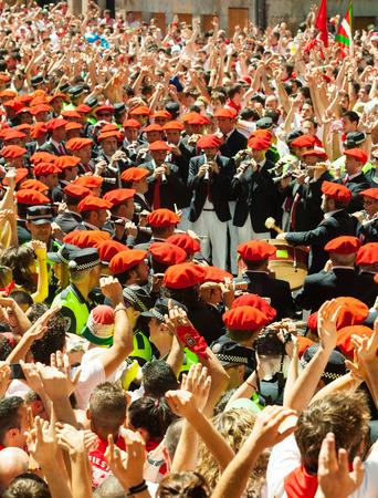 begining: PAMPLONA, SPAGNA - 6 luglio: Inizio di San Fermin festa in 6 luglio 2013 a Pamplona, ??Spagna. Comunale Orchestra giocare al Ayuntamiento
