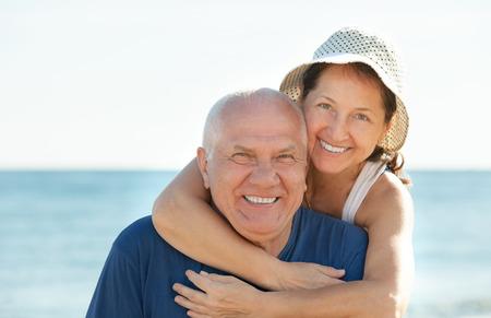 pareja madura feliz: Feliz pareja madura juntos en la playa del mar