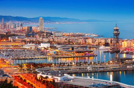 저녁에 바르셀로나 도시 및 포트. 카탈로니아, 스페인