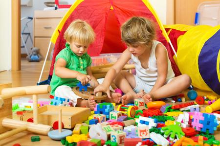 2 to 3 years: Calma i bambini che giocano con i giocattoli in home interior