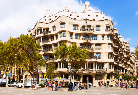 paseig: BARCELONA, SPAIN - SEPTEMBER 12: La Pedrera on September 12, 2013 in Barcelona, Spain.  House was built in 1905–1910 by Catalan architect Antoni Gaud