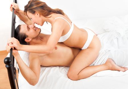 playfull coppia adulta di fare sesso sul letto in interno camera ... - Sesso In Camera Da Letto