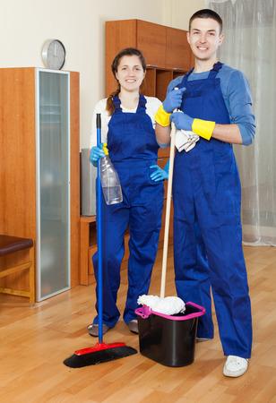 empleada domestica: Instalaciones de limpieza equipo de limpieza en el hogar Foto de archivo
