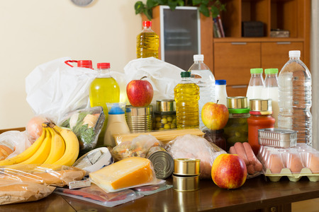 produits alimentaires: denrées alimentaires sur la table dans l'intérieur de la maison