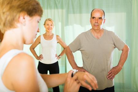 Medizinisches Personal Mit Arbeitsblatt Beobachten Fitness-Klasse ...