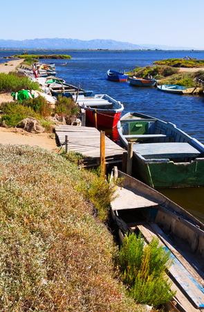 ebro: Vecchie barche da pesca al delta del fiume Ebro in giorno d'estate Archivio Fotografico