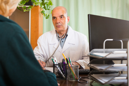 spaniard: male doctor discharging  female patient in clinic