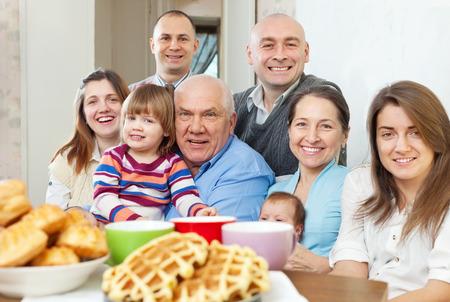 big: Retrato de gran feliz de tres generaciones de la familia se sienta en el sof� en casa juntos