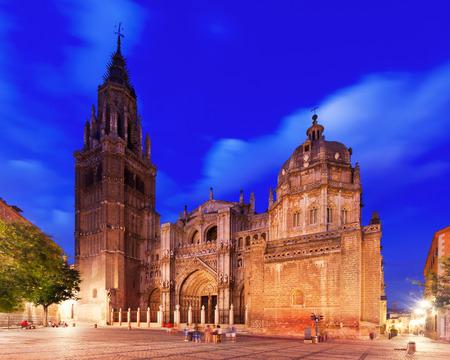 gotico: Catedral Primada de Santa Mar�a en la noche. Toledo, Espa�a Foto de archivo