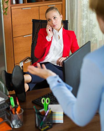 female boss: Nervous Chefin h�ren Ausreden von Kaufmann im B�ro