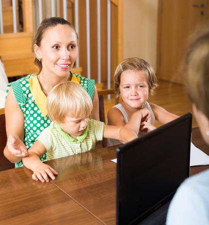 delincuencia: Madre feliz con dos ni�os palabras de audici�n nuevas de trabajador social en el hogar