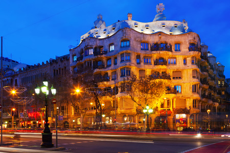 paseig: BARCELONA, SPAIN - JANUARY 2, 2014: Night view of Casa Mila (La Pedrera) in Barcelona.  House was built in 1905–1910 by Antoni Gaudi Editorial