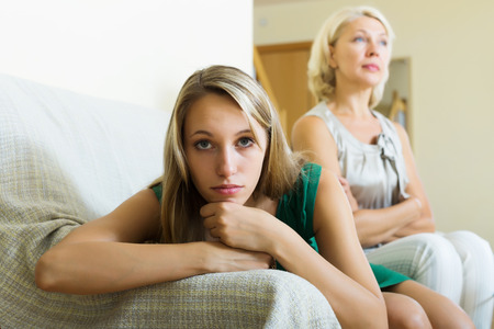 madre e hija adolescente: desdichada hija adulta y malestar madre tener conflictos en el sof� en casa