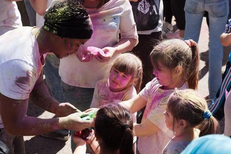 colores: BARCELONA, SPAIN - APRIL 6, 2014: Family with pigments at IV Festival de los colores Holi Barcelona Editorial