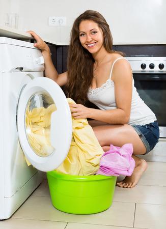 lavadora con ropa: Niza ropa de mujer joven lavado en lavadora en casa