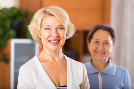 mujeres maduras: Retrato de feliz mujeres pensionistas