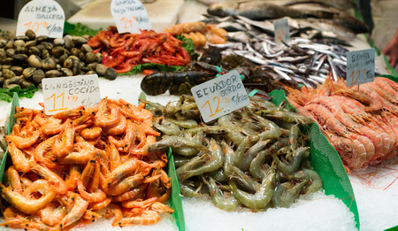 nutricion: fresh raw seafoods on market counter