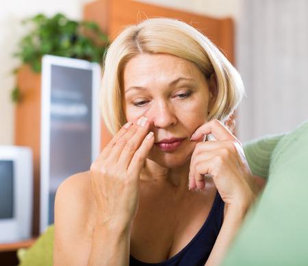 solter�a: Mujer mayor deprimida que se sienta en el sof�
