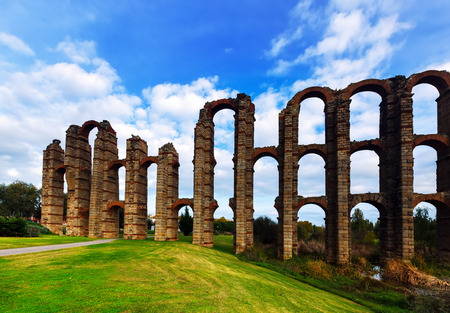 acueducto: Day view of Acueducto de los Milagros - Roman aqueduct bridge. Merida, Spain Stock Photo